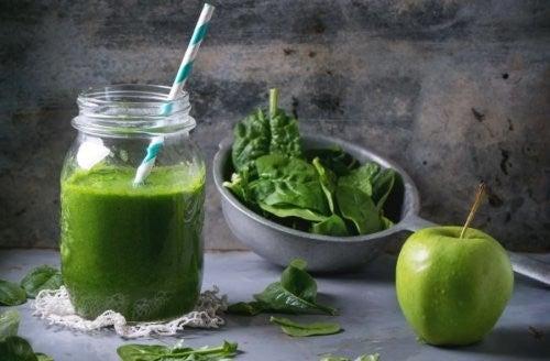 smoothie med æble og spinat