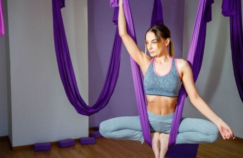 Kvinder laver aeriel yoga