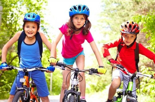 Tre børn der cykler
