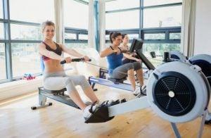 Brug af romaskine i fitnesscentret.