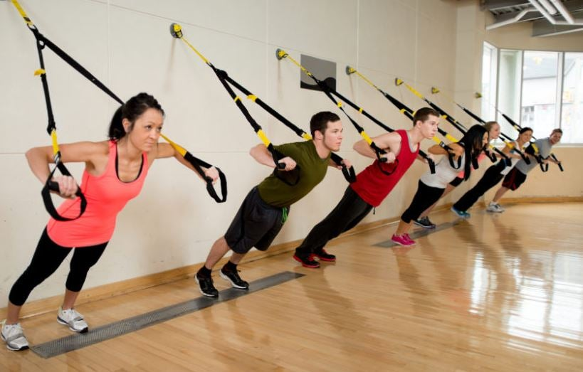 En gruppe mennesker der træner trx sammen