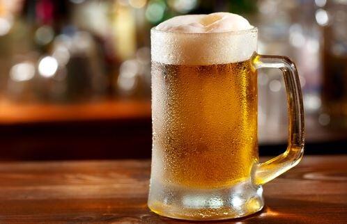 Fyldt ølkrus på en bardisk