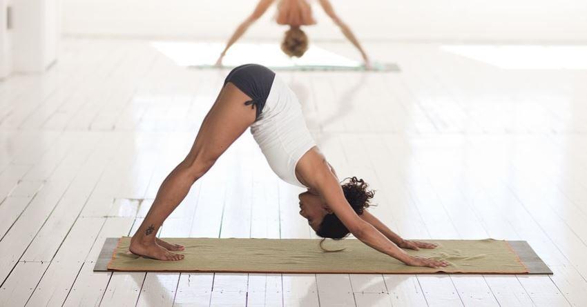 Kvinde laver en yogaøvelse