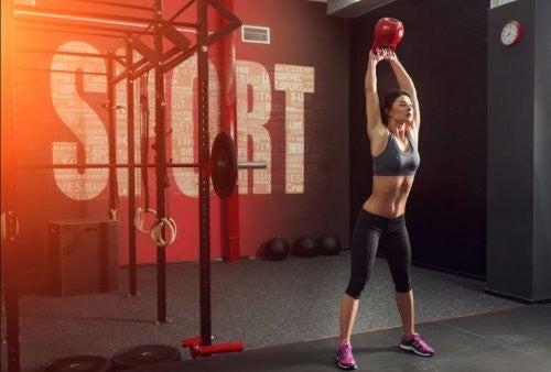 kvinde træner med kettlebell