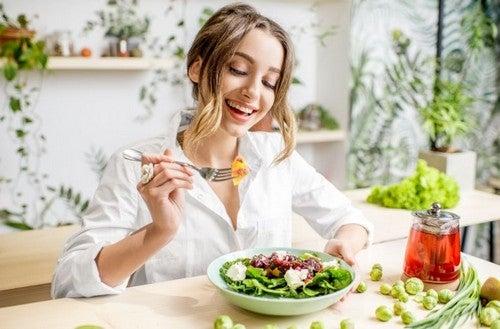 kvinde nyder en salat