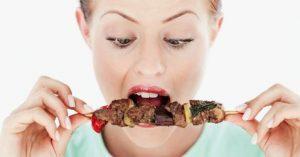 Kvinde spiser for meget.