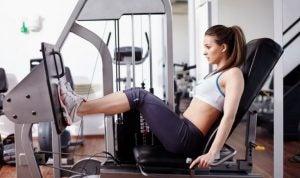 Kvinde træner på maskine.