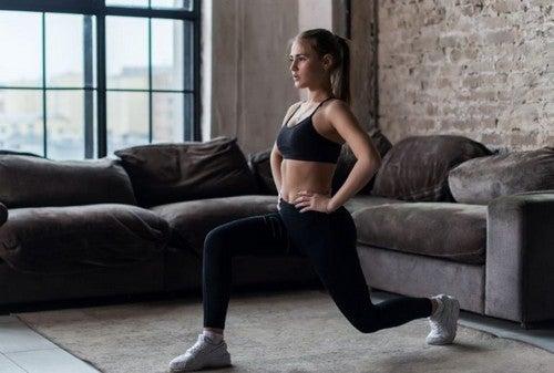 kvinde træner sine ben