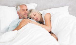 Ældre par sover.