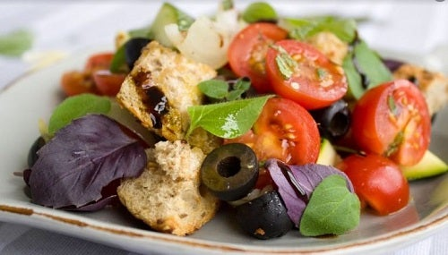 Brød er en af de typiske salat-ingredienser du bør undgå