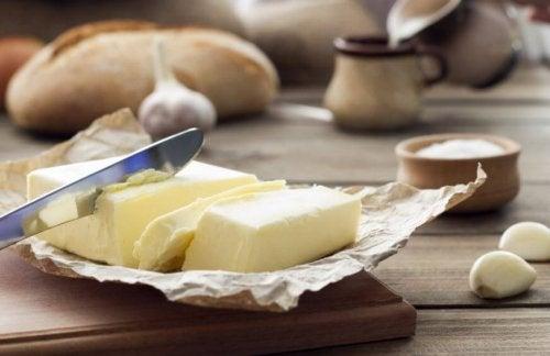 Skåret smør der ligger på et bord