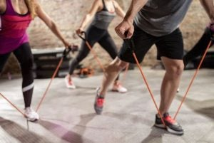 Hold træner med træningselastik.