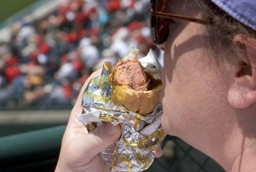 mand spiser hotdog