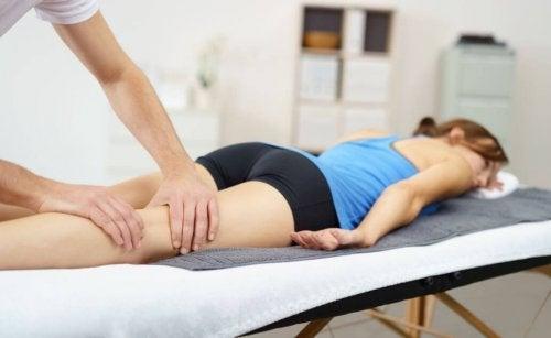 Kvinde får massage på benene