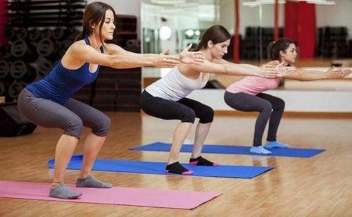 Gruppe træner squats