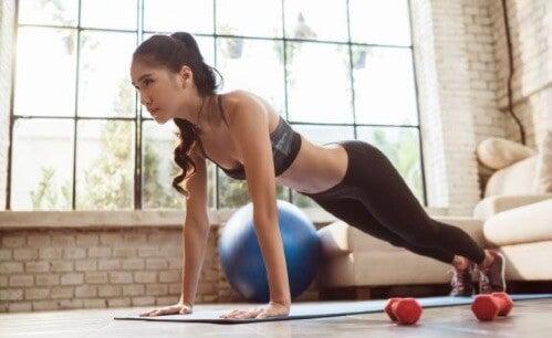 Træningsrutine for kvinder derhjemme
