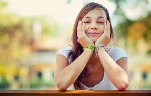 Kvinde er glad og smiler