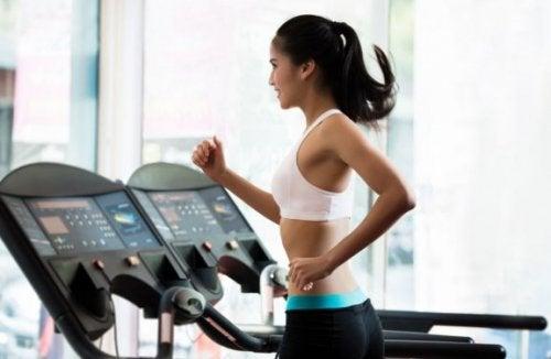 Kvinde på løbebånd der vil have en six-pack