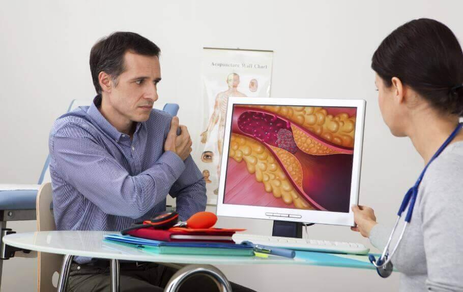 Læge sidder med patient