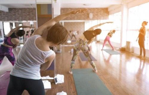 Kvinder træner fleksibilitet