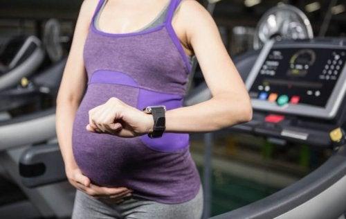 Gravid kvinde i motionscentret