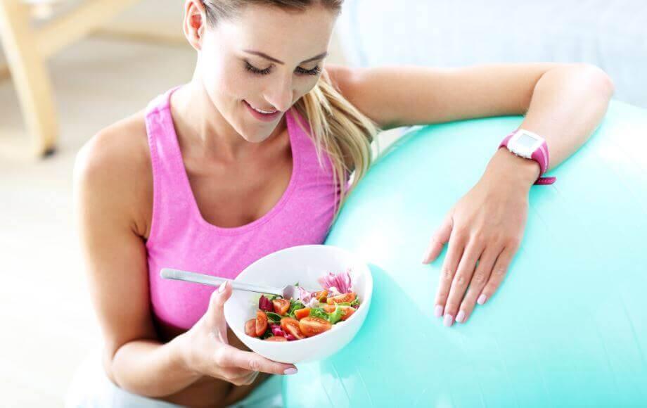 Kvinde spiser sundt