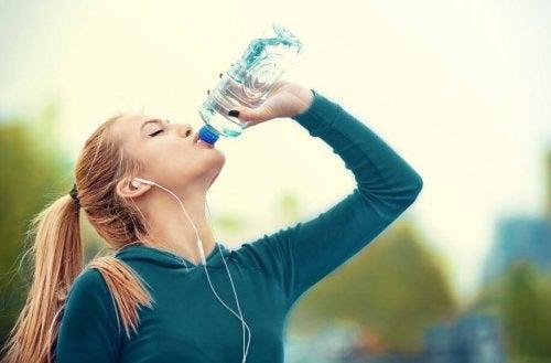Hvor meget vand bør du drikke når du træner