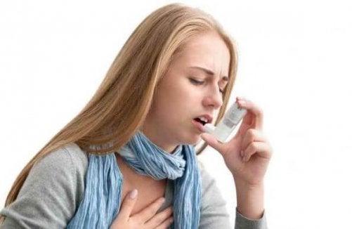 Kvinde får et asthma anfald