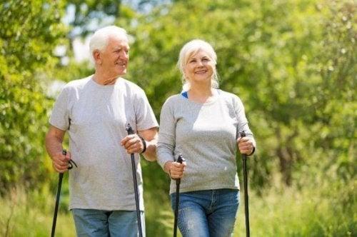 ældre par der går stavgang