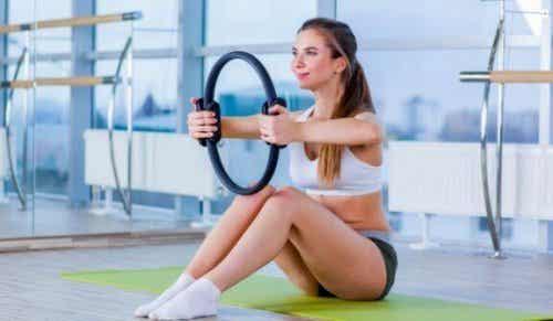 Hvordan du bruger en magisk Pilates cirkel