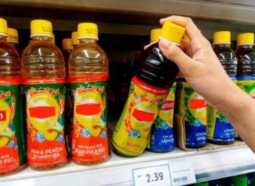 forskellige læskedrikke i supermarkedet