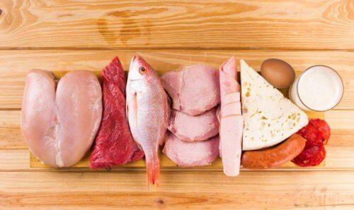 forskellige typer af kød på et skærebræt