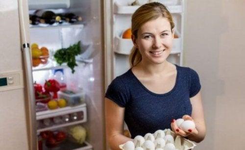 kvinde der står med en bakke æg