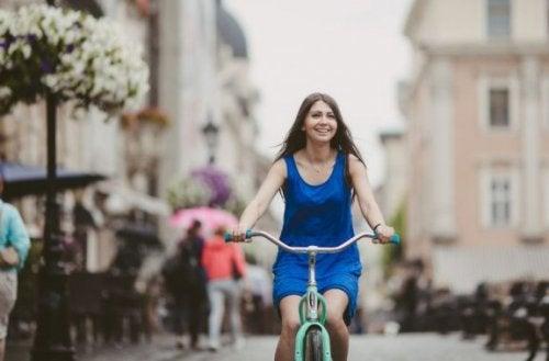 kvinde på sin cykel i byen