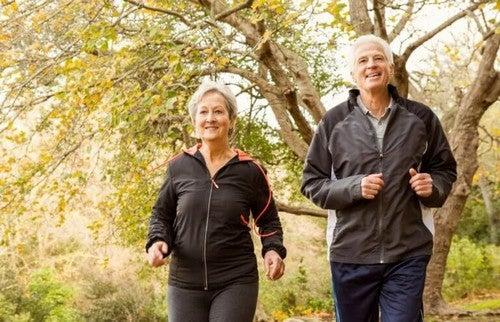 Ældre par går en tur sammen