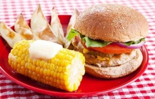 burger og majskoble på tallerken