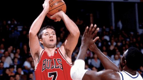 En basketballspiller er ved at skyde bolden
