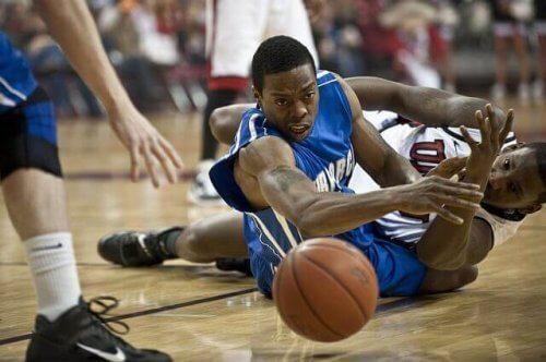 Basketballspillere på gulvet