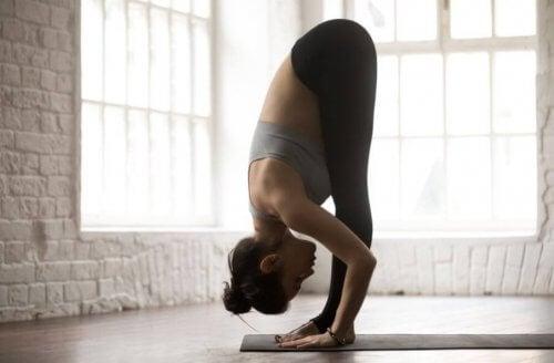 fleksibel kvinde i stående yogastilling