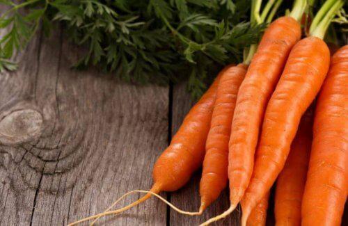 friske gulerødder på et træbord