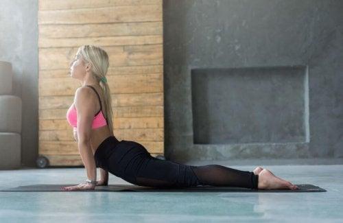 kvinde der laver yoga