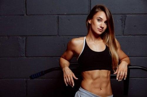 Kvinde med tydelige mavemuskler