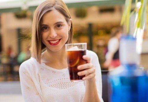 Kvinde drikker en sodavand