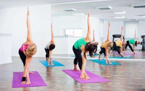kvinder der mangler fleksibilitet, der dyrker yoga