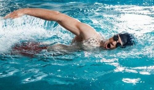 mand der svømmer i bassin