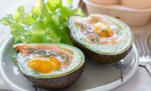 ovnbagte æg og avocado