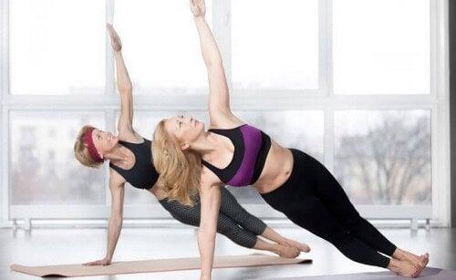 To kvinder træner deres mavemuskler