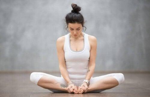 yogastilling på gulvet