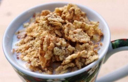 krus med morgenmadsprodukt og mælk