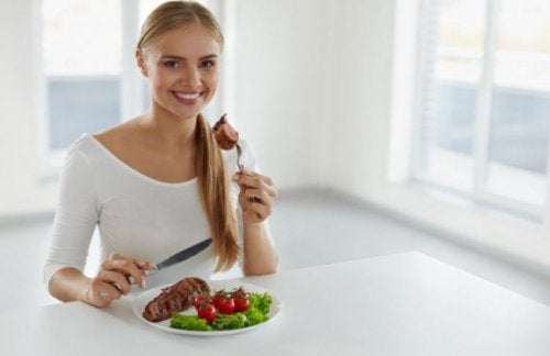 kvinde der spiser et måltid